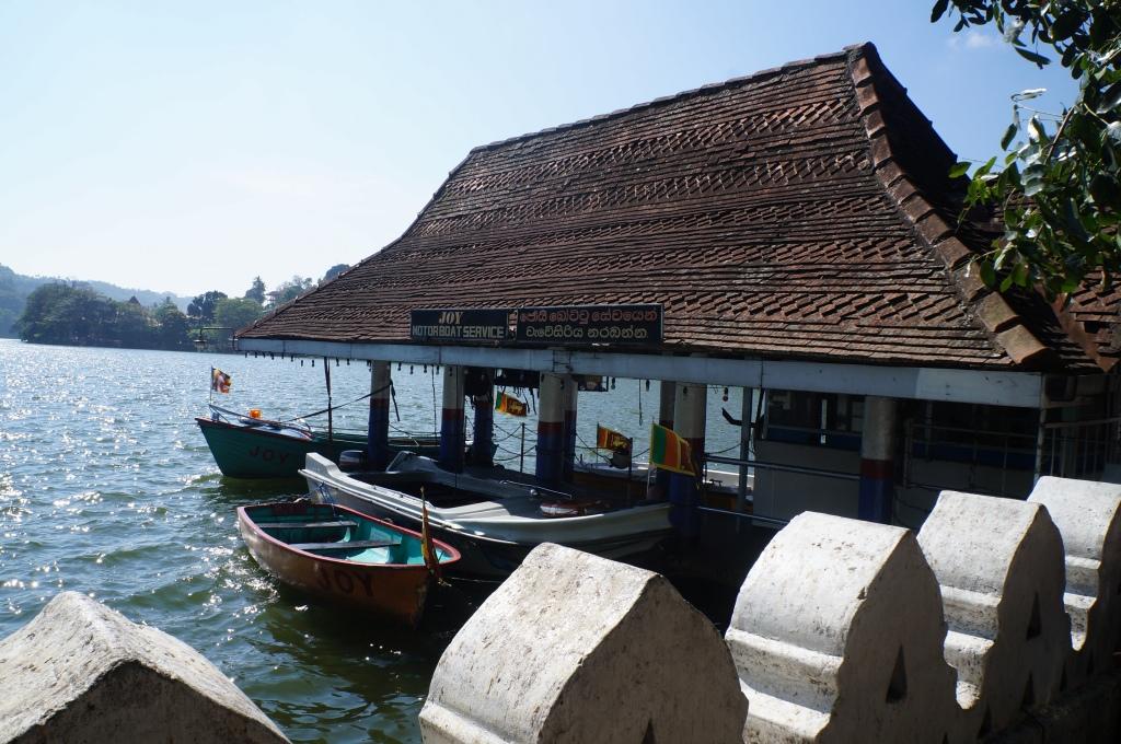 É possível alugar um pequeno barco para um passeio em um dos lagos da cidade
