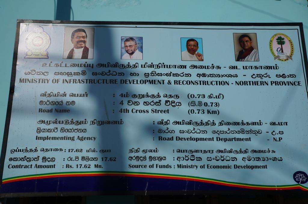 Placa de explicação de uma das muitas obras que o governo central tem feito em Jaffna