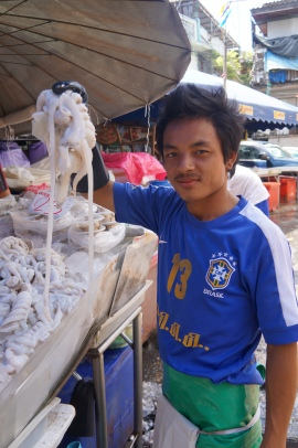 Detalhe na camisa do vendedor de peixe