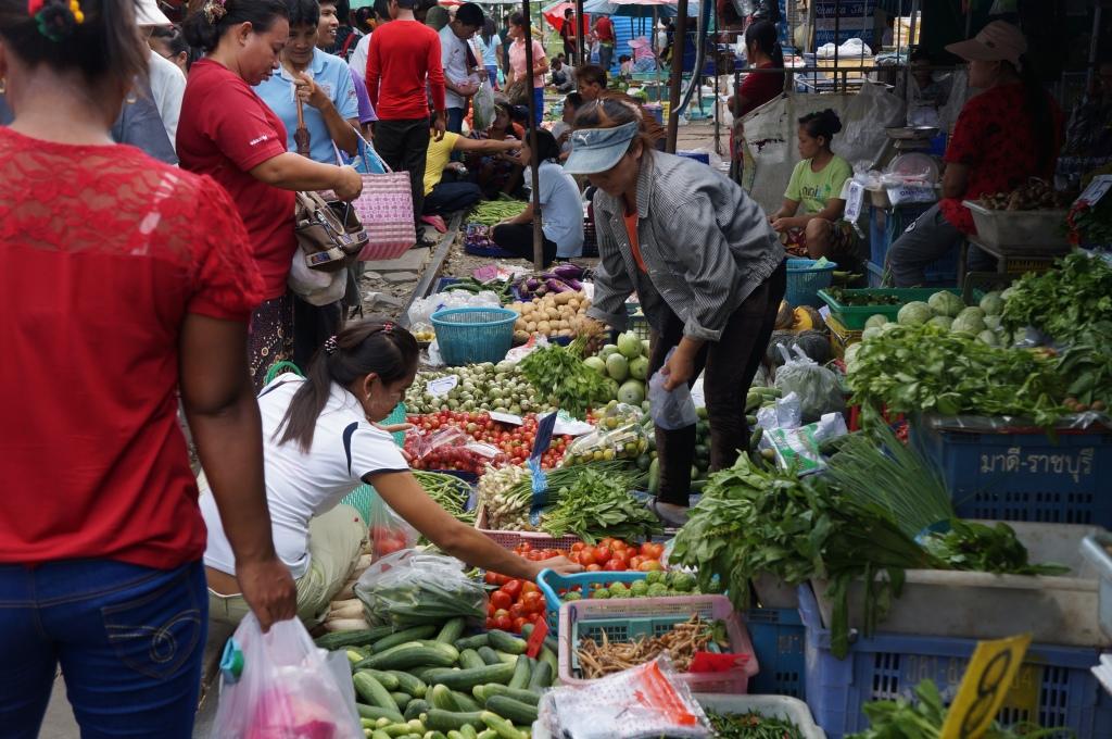 Mercado onde se vende de tudo na linha do trem. Quando ele vem, recolhe-se tudo e, ao passar, voltam as vendas!