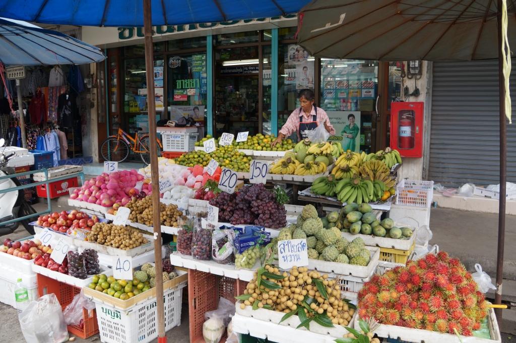 Banca de frutas no interior da Tailândia