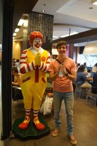 No Brasil nao como muito. Mas pensa na minha alegria, após 8 meses, em encontrar um Mc Donalds!