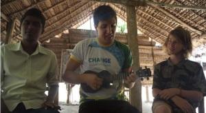 Aprendendo a tocar ukulele, instrumento típico.